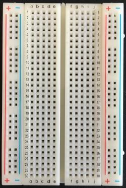 Darstellung eines Steckbretts mit 30 Reihen
