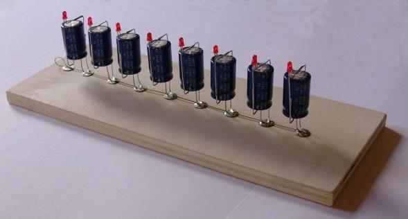 Bytedarstellung als elektronische Schaltung mit Kondensatoren